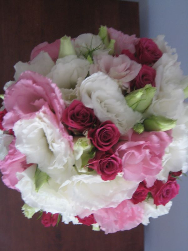 spray roses and lisianthus