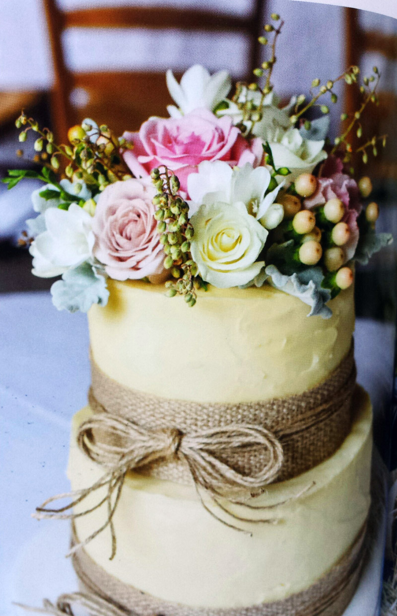 Cake top with roses and hypericum berries