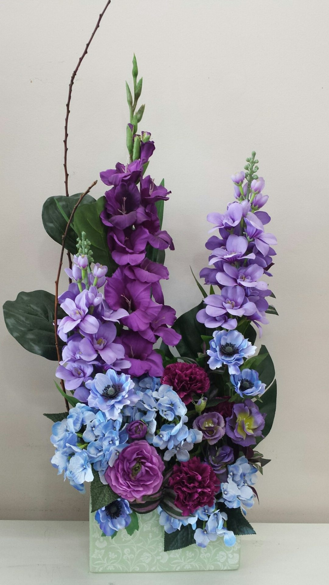 Blue and purple toned mix of spring blooms
