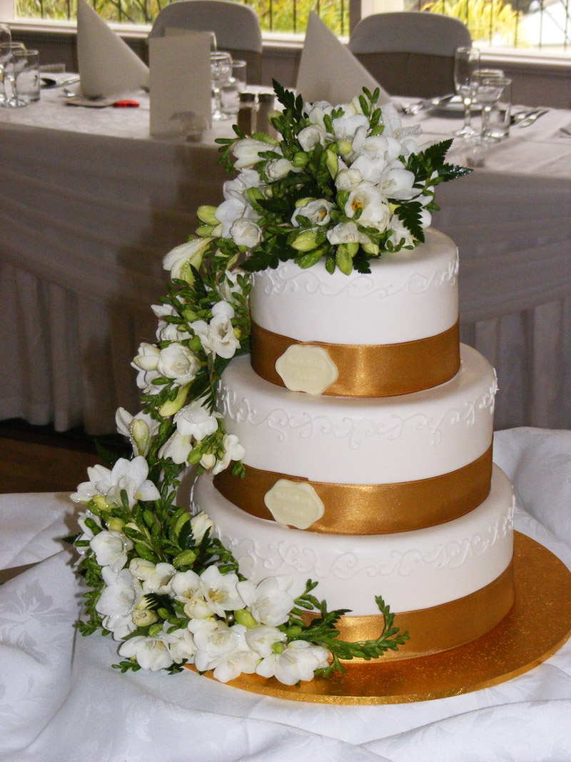 Cascading cake top in white freesia