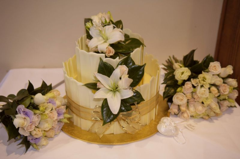 Cake flowers with roses and asiatic lilies